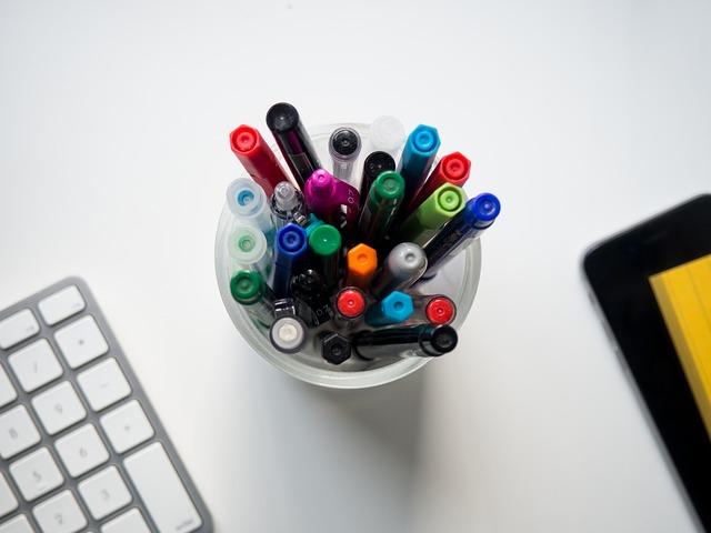 w czym trzymać przybory szkolne na biurku?